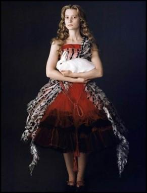 Alice-en-rouge-et-noir-avec-le-lapin-blanc-sans-son-maquillage_diaporama